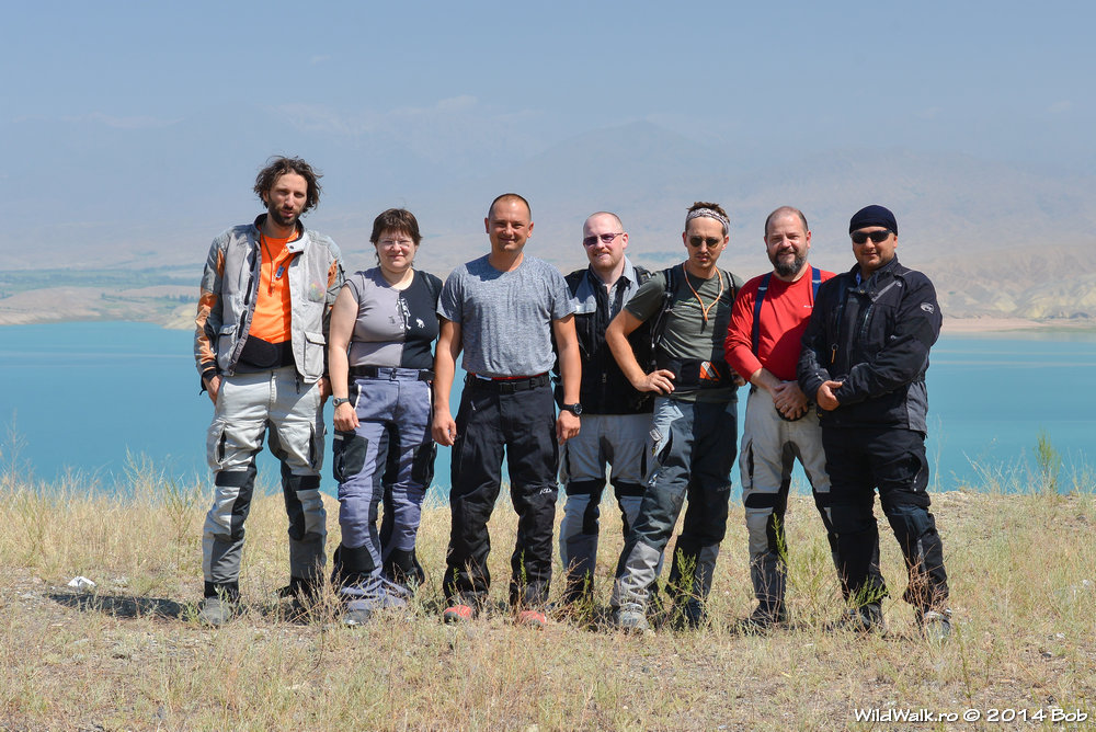 Toata echipa pe malul lacului Toktogul