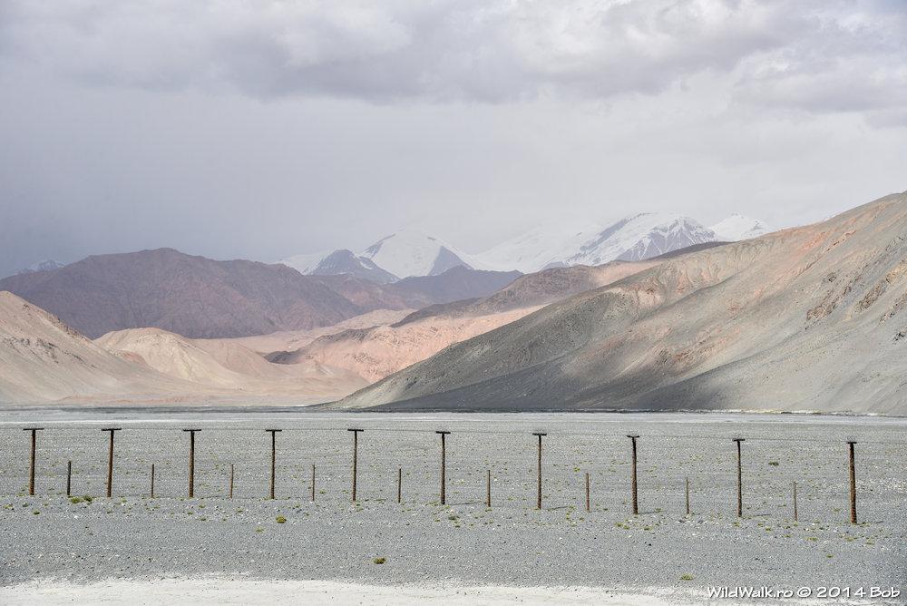 Pe la 4000 m, mergand spre lacul Karakol, Tajikistan. In stanga se vede granita cu China