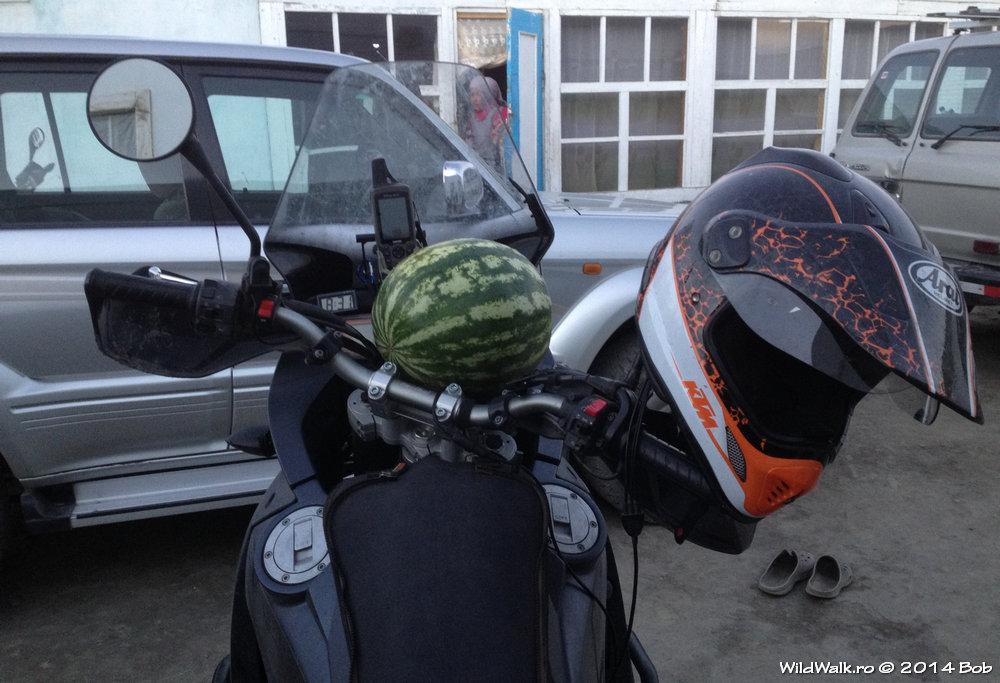 Pepene pe motocicleta, Karakol, Tajikistan