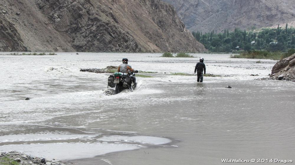 Cu motocicleta in rau pe Valea Bartang, Tajikistan